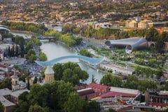 Tiflis Georgia - die Kura Riverand Friedensbrücke lizenzfreies stockbild