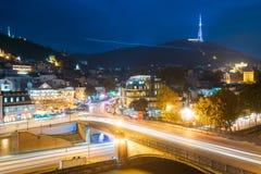 Tiflis Georgia Heiliger Berg-Mtatsminda-Berg in der Abend-Nacht Stockfotos
