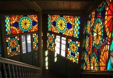 TIFLIS, GEORGIA - 3. JANUAR 2016: Innenraum eines alten Hauses mit Mosaikfenstern Stockfoto