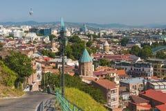 Tiflis, Georgia - 2. Juli 2018: Ansicht über alte Stadt Tifliss vom Hügel, Georgia Stockfotografie