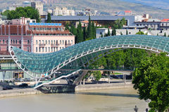 TIFLIS, GEORGIA - 29. JULI 2013: Brücke des Friedens in Tiflis Lizenzfreie Stockfotografie