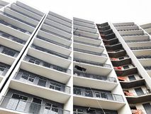 TIFLIS, GEORGIA - 27. MÄRZ 2018: Bau eines neuen hohen Wohnwohngebäudes in Tiflis, Georgia Lizenzfreies Stockfoto