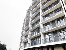 TIFLIS, GEORGIA - 27. MÄRZ 2018: Bau eines neuen hohen Wohnwohngebäudes in Tiflis, Georgia Lizenzfreie Stockfotografie