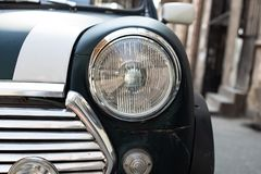 TIFLIS, GEORGIA - 9. MÄRZ 2016: Grüner Mini Cooper parkte auf Straße in Tiflis, Georgia Stockbilder