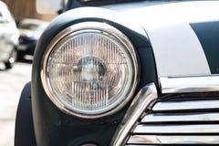 TIFLIS, GEORGIA - 9. MÄRZ 2016: Grüner Mini Cooper parkte auf Straße in Tiflis, Georgia Lizenzfreie Stockfotos