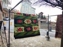 TIFLIS, GEORGIA - 17. MÄRZ 2016: Teppiche mit typischen geometrischen Mustern gehören zu den berühmtesten Produkten von Georgia n Stockfoto
