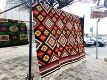 TIFLIS, GEORGIA - 17. MÄRZ 2016: Teppiche mit typischen geometrischen Mustern gehören zu den berühmtesten Produkten von Georgia n Lizenzfreies Stockfoto