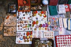 Tiflis, Georgia - 8. Oktober 2016: Trockene Brücken-Flohmarkt in Tiflis verkauft sowjetische Ausweise und Ikonen, Retro- Krammate Stockbild