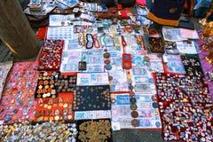 Tiflis, Georgia - 8. Oktober 2016: Trockene Brücken-Flohmarkt in Tiflis verkauft sowjetische Ausweise und Ikonen, Retro- Krammate Lizenzfreie Stockbilder