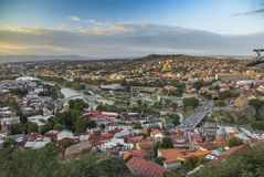 Tiflis Georgia - Stadtbild - Ansicht der Stadt bei Sonnenuntergang lizenzfreies stockfoto