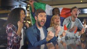 Tifosi con la bandiera italiana che gode del torneo, celebrante gioco di conquista video d archivio