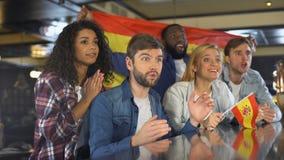 Tifosi con la bandiera spagnola che gode del torneo, celebrante gioco di conquista stock footage