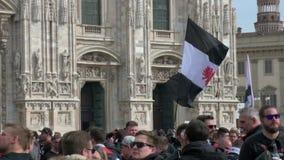 Tifosi di Eintracht Frankfurt durante la loro visita da giocare a Milano, Italia archivi video