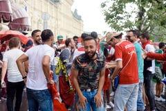Tifosi marocchini nella pioggia vicino al deposito centrale a Mosca fotografia stock libera da diritti