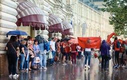 Tifosi marocchini nella pioggia vicino al deposito centrale a Mosca fotografia stock