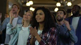 Tifosi positivi che incoraggiano insieme, mani d'applauso ed esclamazioni gridanti archivi video