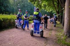 Tifosi prima della partita del Belgio e dell'Inghilterra per il terzo posto Medici dei volontari sul hoverboard Gyroscooter fotografie stock
