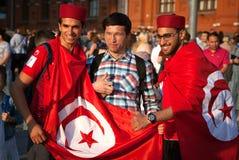 Tifosi tunisini con le bandiere tunisine sul quadrato rosso a Mosca Coppa del Mondo di calcio Fotografie Stock Libere da Diritti