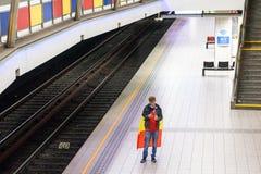 Tifoso belga che sta da solo alla stazione della metropolitana immagine stock