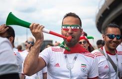 Tifoso dell'Iran a 2018 coppe del Mondo in Russia con i vetri di colore e del tubo Fotografie Stock Libere da Diritti