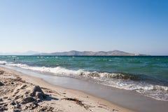 Tigaki海滩 海和白色沙子海滩 希腊 海滩睡椅希腊海岛kefalos kos桔子伞 库存图片
