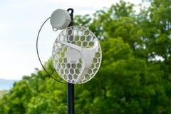 Tige sans fil extérieure en métal d'antenne d'Internet sur le toit et l'arbre vert et ciel à l'arrière-plan photographie stock