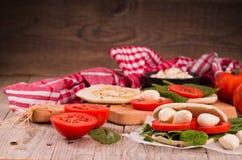 Tigella bröd med spenat och tomater arkivbild