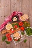 Tigella bröd med spenat och tomater royaltyfria foton