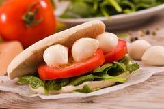 Tigella bröd med spenat och tomater arkivfoto