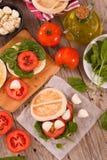 Tigella bröd med spenat och tomater royaltyfri fotografi