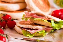 Tigella bröd som är välfyllt med skinka och grönsallat Arkivfoton