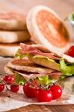 Tigella bröd som är välfyllt med skinka och grönsallat Royaltyfri Foto