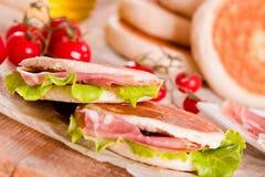 Tigella bröd som är välfyllt med skinka och grönsallat Arkivbild