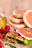 Tigella bröd som är välfyllt med skinka och grönsallat Arkivfoto