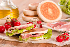Tigella bröd som är välfyllt med skinka och grönsallat Royaltyfria Foton