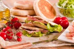 Tigella bröd som är välfyllt med skinka och grönsallat Royaltyfri Bild