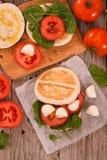 Tigella-Brot mit Spinat und Tomaten stockfoto