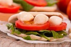 Tigella-Brot mit Spinat und Tomaten stockbilder