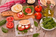 Tigella-Brot mit Spinat und Tomaten stockfotos