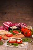 Tigella-Brot mit Spinat und Tomaten lizenzfreie stockbilder