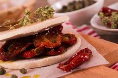 Tigella chleb z szpinakami i pomidorami zdjęcie stock