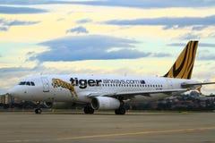 Tiger Airways Airbus A320 på landningsbana Arkivbilder
