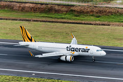 Tiger Airways flygplanslandning på Phuket Arkivfoton