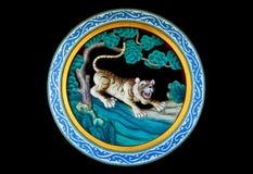 Tiger in einer Waldstatue auf einer chinesischen Tempelwand Stockbild