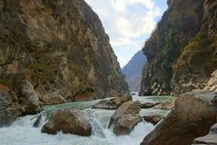 Tiger Leaping Gorge (hutiaoxia) cerca de Lijiang, provincia de Yunnan, China Fotografía de archivo