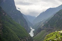Tiger Leaping Gorge Landscape, Qiaotou, China royalty-vrije stock afbeelding