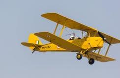 Tiger Moth-Doppeldecker, der über Hindan-Luftwaffen-Station fliegt lizenzfreies stockbild