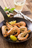 Tiger Prawns Fried noir avec le citron Photos libres de droits