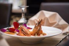 Tiger Shrimp preto cozinhado na placa branca na tabela do restaurante imagens de stock