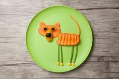 Tiger som göras av råkost på den gröna plattan Royaltyfria Foton